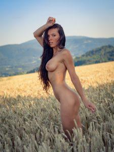 nahé ženské tělo v přírodě